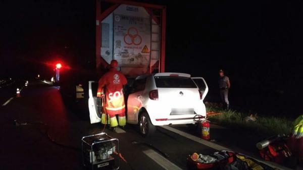 Tio e sobrinhos gêmeos morrem em colisão de carro com carreta