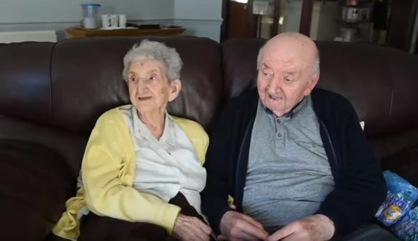 Aos 98 anos, inglesa se muda para asilo para ajudar a cuidar de filho, de 80