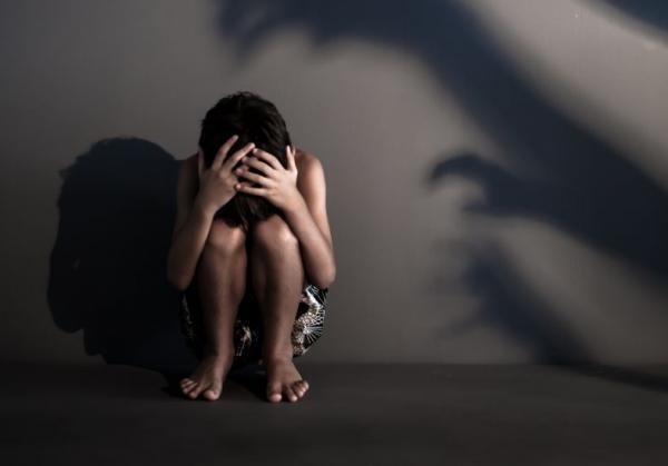 Mãe e namorado são presos suspeitos de estuprar filho de 15 anos