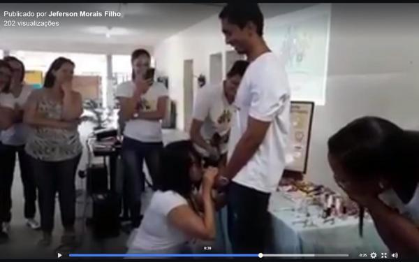 Professora de universidade da BA coloca camisinha em pênis de plástico com a boca durante aula e causa polêmica; vídeo