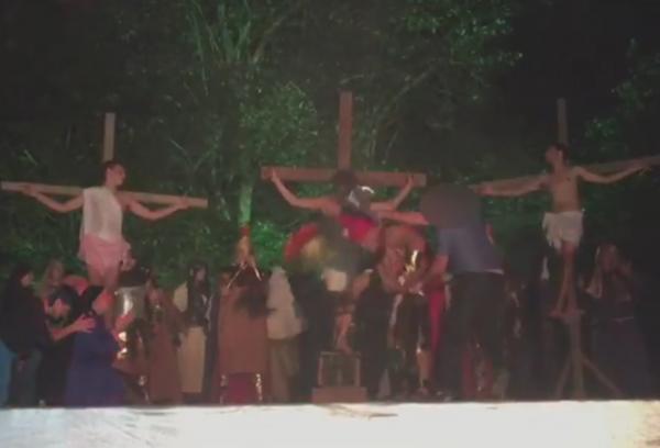Homem bate com capacete em ator de Paixão de Cristo para 'salvar Jesus'
