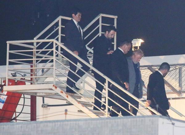 Lula chega a Curitiba para cumprir pena por corrupção e lavagem de dinheiro