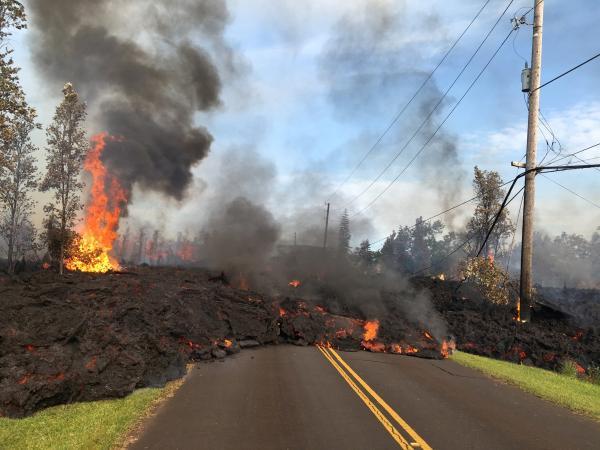 Fendas se abrem, e lava de vulcão avança sobre ruas do Havaí