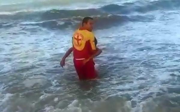 Vídeo mostra resgate de jovem atacado por tubarão no Grande Recife
