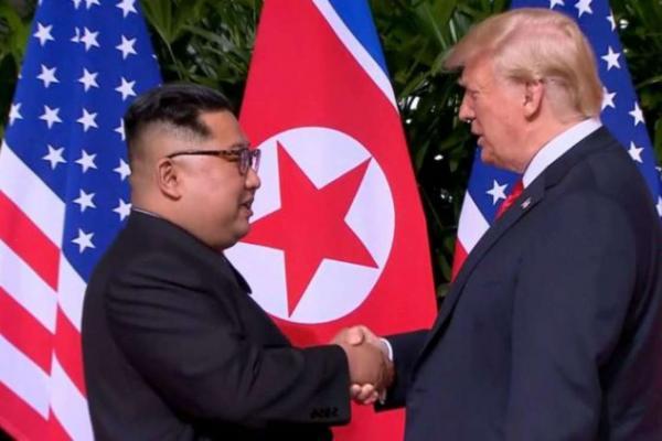 ENCONTRO HISTÓRICO - Donald Trump e Kim Jong-un dão aperto de mão em Singapura