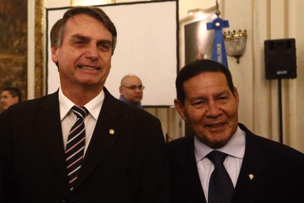 Bolsonaro anuncia general Mourão como vice