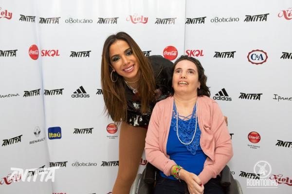 Anitta publica fotografias do camarim da EXPOAC em sua página no Facebook