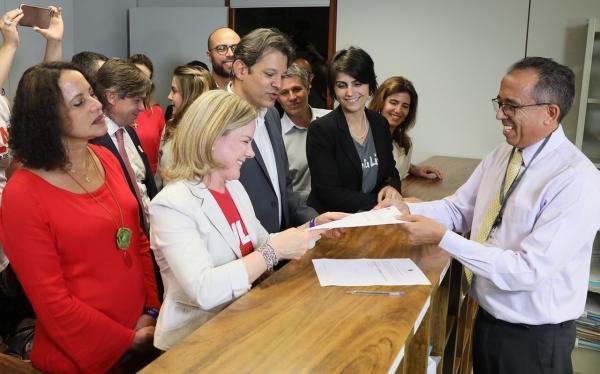 PT registra candidatura de Lula a presidente com ato em frente ao TSE