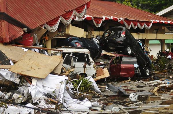 Terremotos e tsunami mataram mais de 400 pessoas na Indonésia