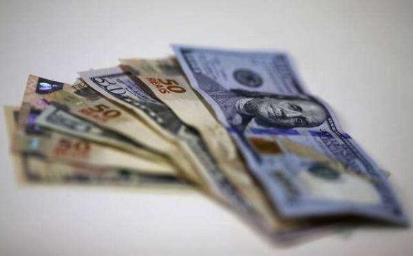 Dólar tem 2ª baixa seguida com ânimo no exterior e vantagem de Bolsonaro