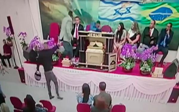 Igreja transmite em rede social momento em que pastor é baleado em culto em Mogi; assista
