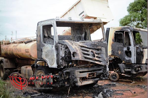 URGENTE - Caminhões pegam fogo em garagem da Prefeitura em Alvorada do Oeste