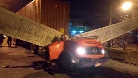 Estrutura de viaduto cai encima de caminhão, motorista e passageiro morreram