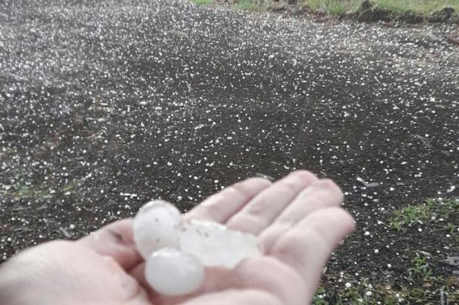 Chuva de granizo e ventos fortes assustam moradores de Ji-Paraná, RO
