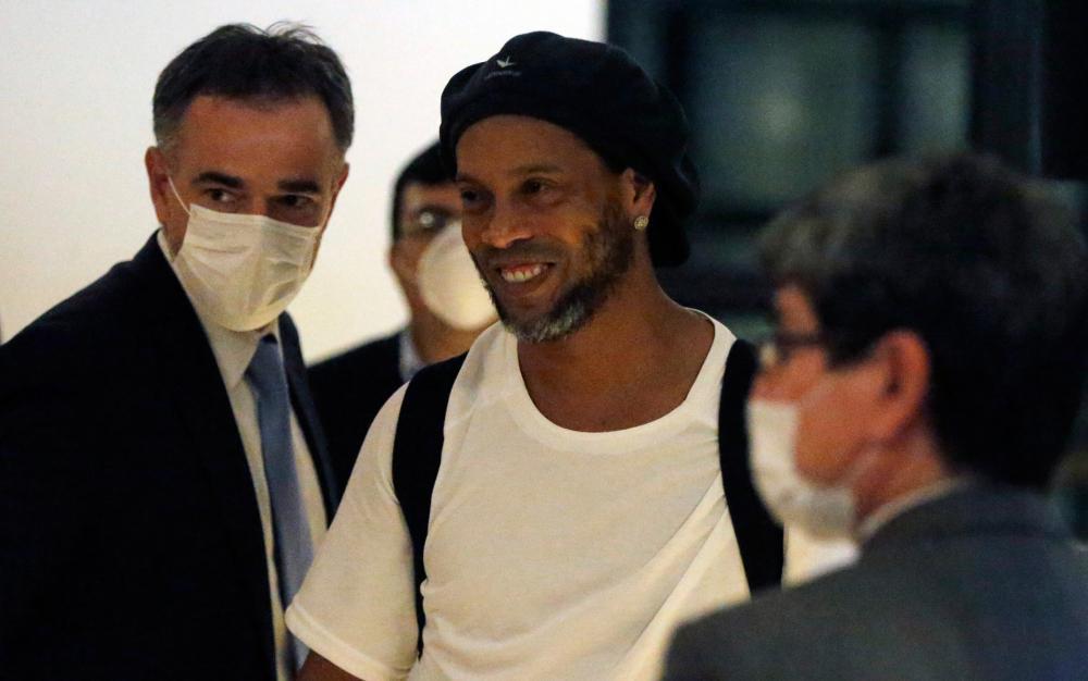 Ronaldinho Gaúcho paga fiança milionária e deixa prisão no Paraguai