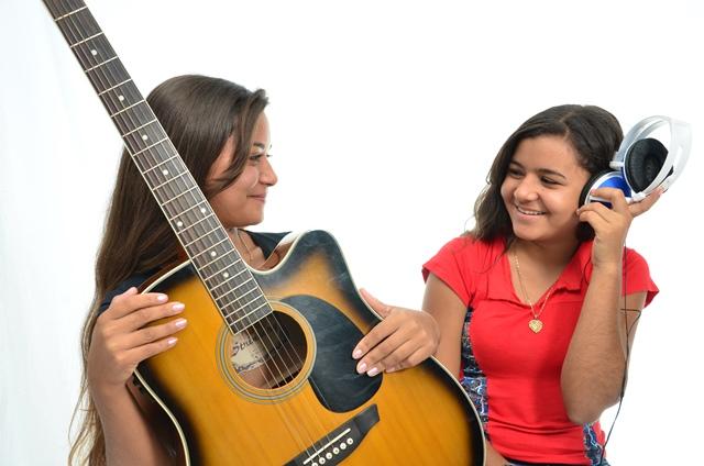 Alvorada do Oeste - Cantoras gravam sua primeira musica autoral e conquista público