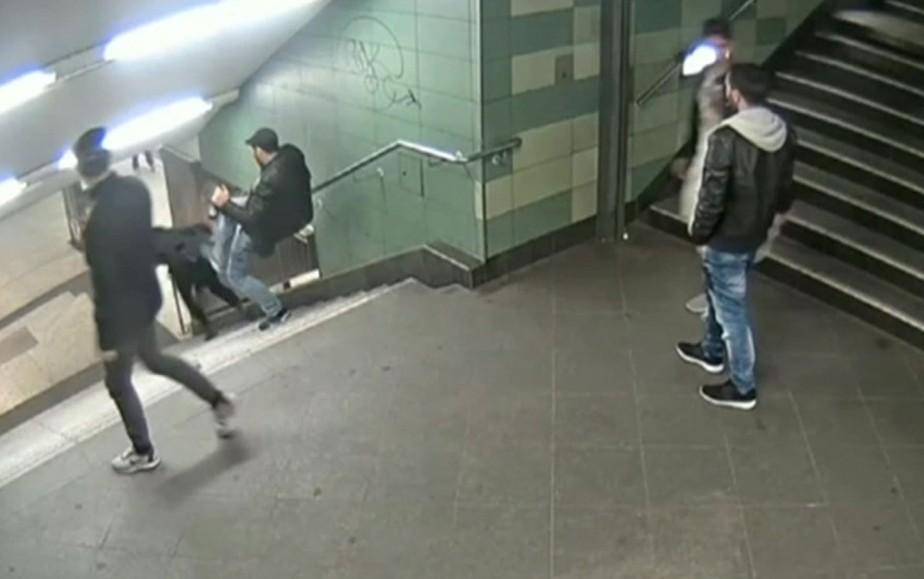 Vídeo mostra chocante momento em que mulher é agredida pelas costas e cai de escada