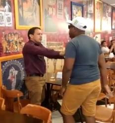 TRAIÇÃO – Pastor apanha dentro de restaurante após cantar mulher casada -VÍDEO