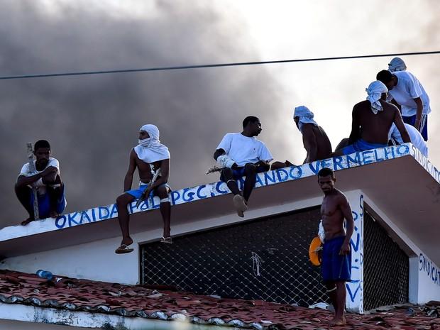 Maior penitenciária do RN tem 7º dia de motim; presos voltam ao telhado