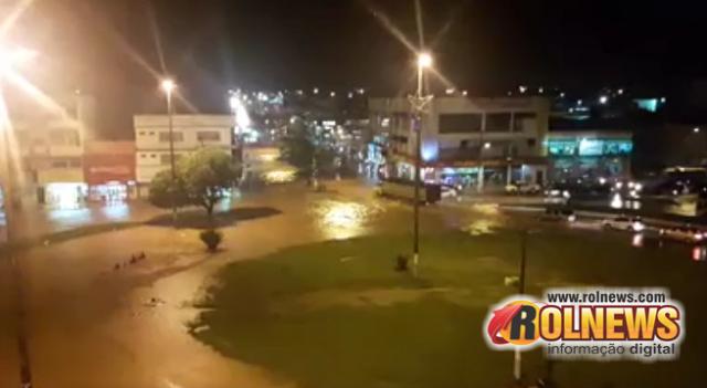 Rolim de Moura - Chuva alaga lojas e casas; Veja imagens