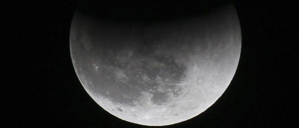 Eclipse lunar e passagem de cometa poderão ser observados nesta 6ª