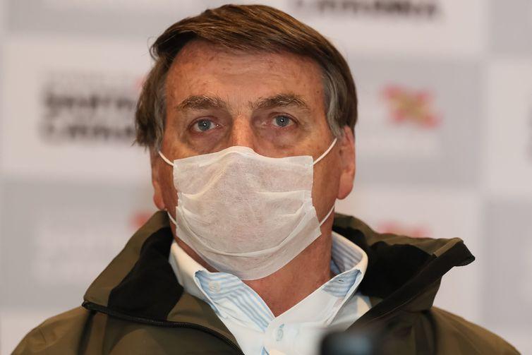 Bolsonaro faz exame de covid-19; resultado sai nesta terça