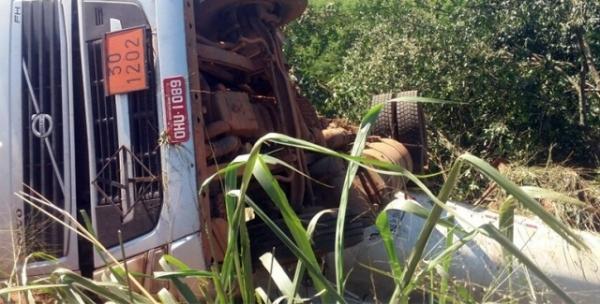 Carreta tomba próximo a Bairro Novo e deixa motorista em estado grave