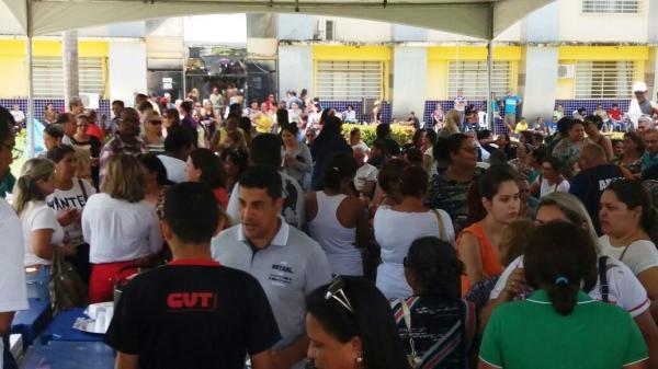 Servidores municipais decidem nesta terça se mantém greve