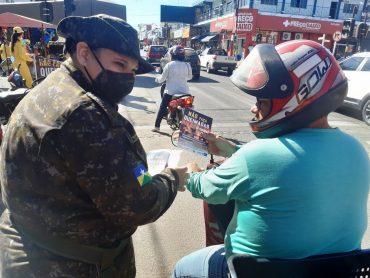 População é alertada durante pit stop sobre perigos de queimadas em Ji-Paraná