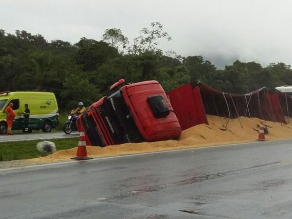 Homem morre após ser atropelado por caminhão de soja