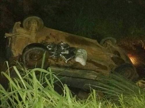 Motorista bate em carreta e carro cai em canteiro central