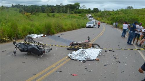 Grave acidente envolvendo três motocicletas deixa dois mortos entre Jaru e Theobroma