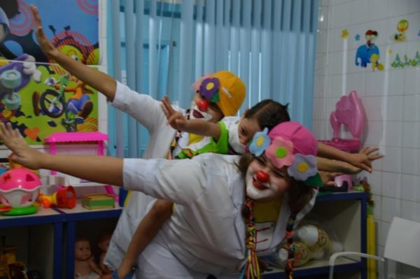 Palhaços, alegria e muito amor na festinha de 12 anos da oncologia pediátrica do Hospital de Base