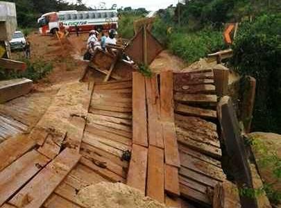 URGENTE - Ponte não resiste peso de caminhão e desaba deixando região isolada na BR 429