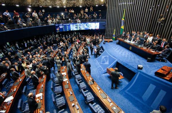 Senado retira prisão de políticos após 2ª instância e aprova fim do foro privilegiado