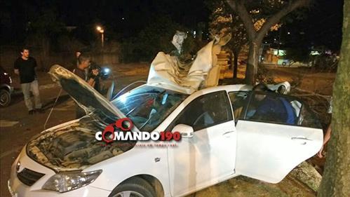 Jovem sem habilitação capota carro e bate em árvore no centro de Ji-Paraná
