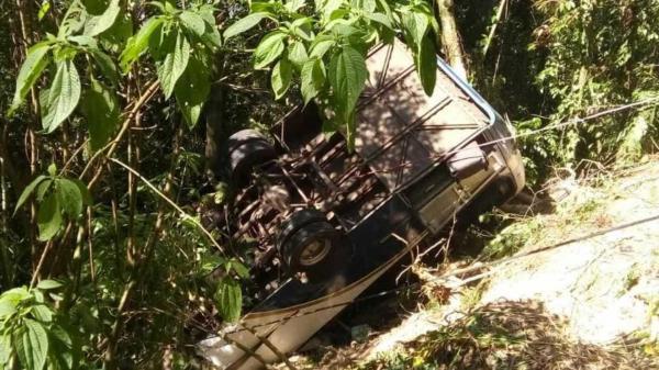 Ônibus cai de ribanceira deixa ao menos 3 mortos e 27 feridos