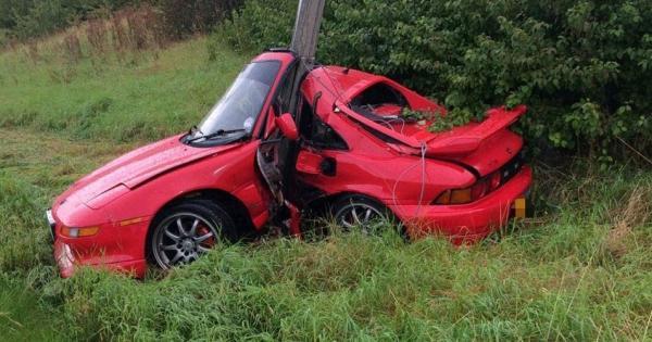 Motorista sai andando após carro bater em poste e dobrar ao meio